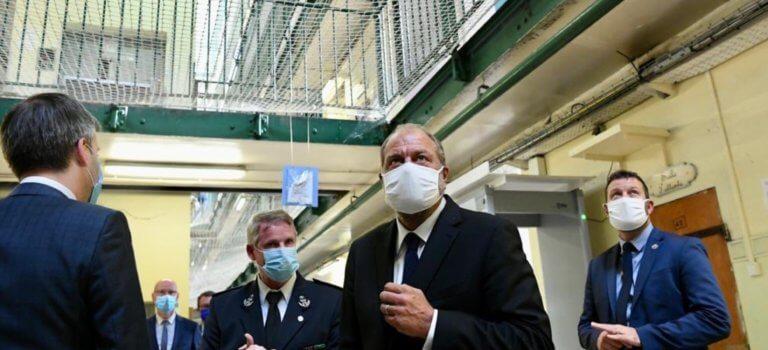 Eric Dupond-Moretti acclamé par les détenus à la prison de Fresnes