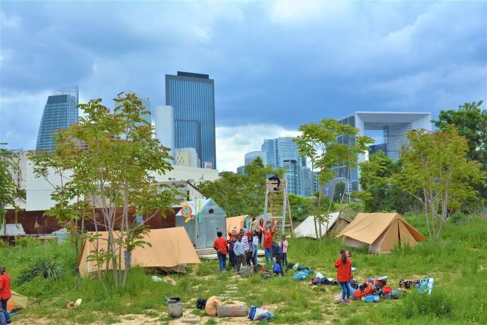 camping devant les tours de La Défense