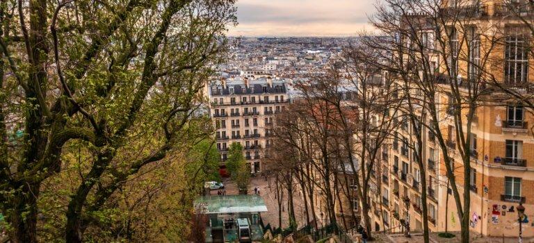 Immobilier ancien en Île-de-France: le Paris nord se gentrifie, les pavillons de grande couronne attirent