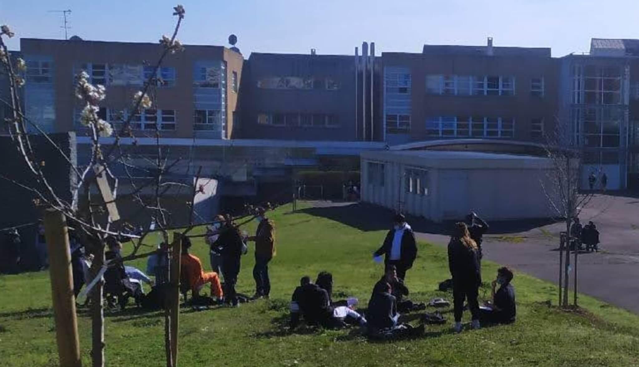 Lycée Gutenberg de Créteil: les profs dans cour