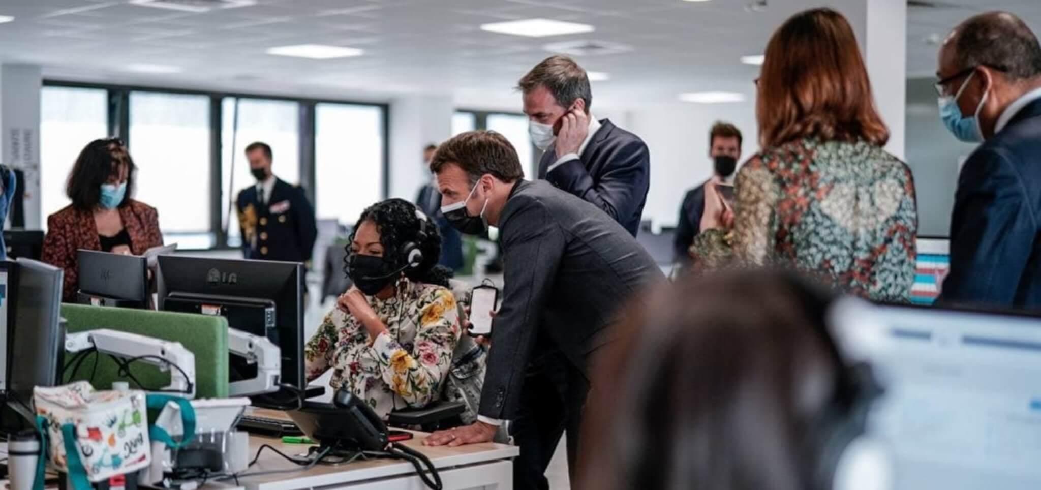 Vaccination des seniors: Emmanuel Macron visite le centre d'appels de l'Assurance Maladie à Créteil