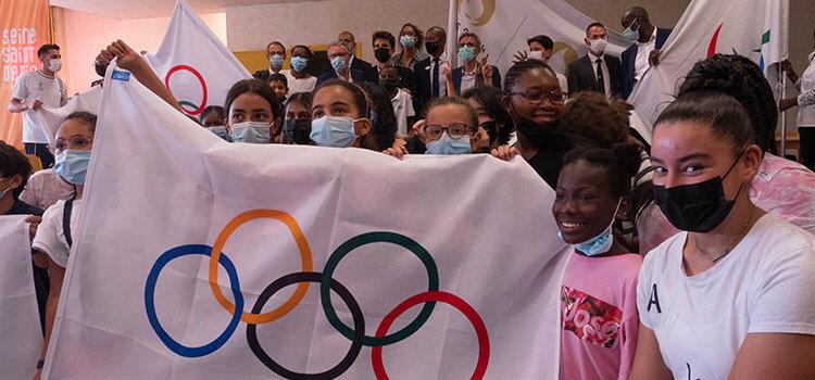 Accueil enthousiaste pour les drapeaux des JO en Seine-Saint-Denis